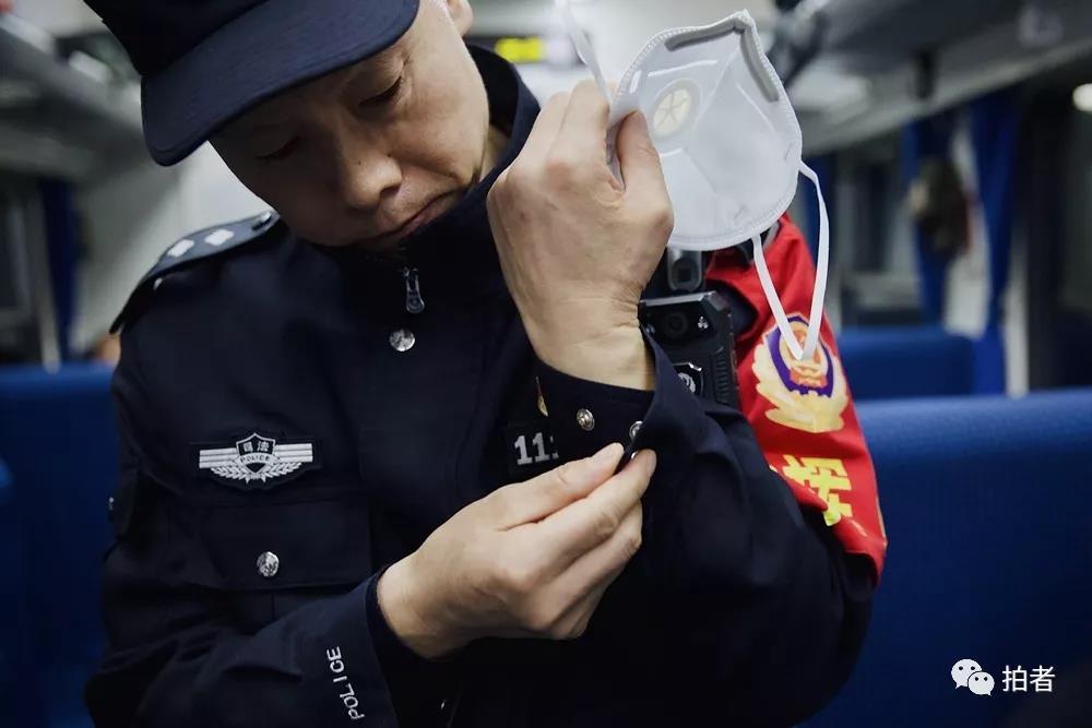 △12月4日,值班民警整理衣物,准备换岗。