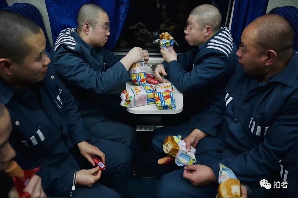 △服刑人员们吃着发放的食物。