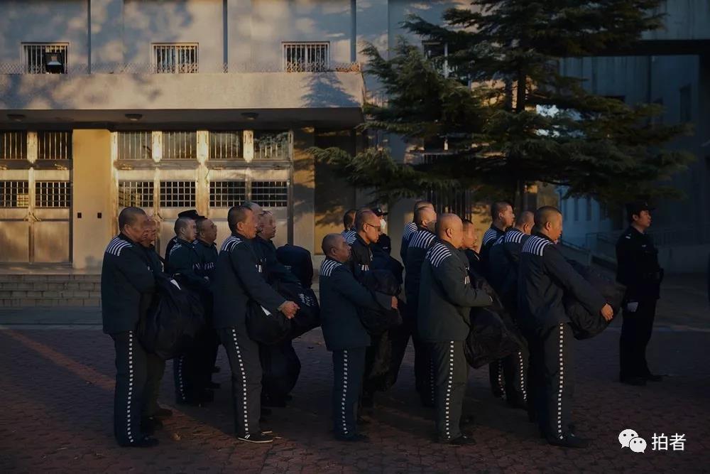 △12月4日,天河监狱,等待统一前往火车站的服刑人员。