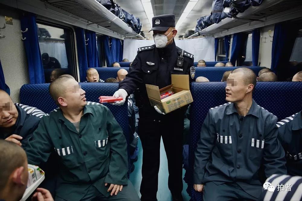 △12月4日下午6点左右,已经是饭点。民警挨个给服刑人员发放面包、火腿肠和矿泉水。