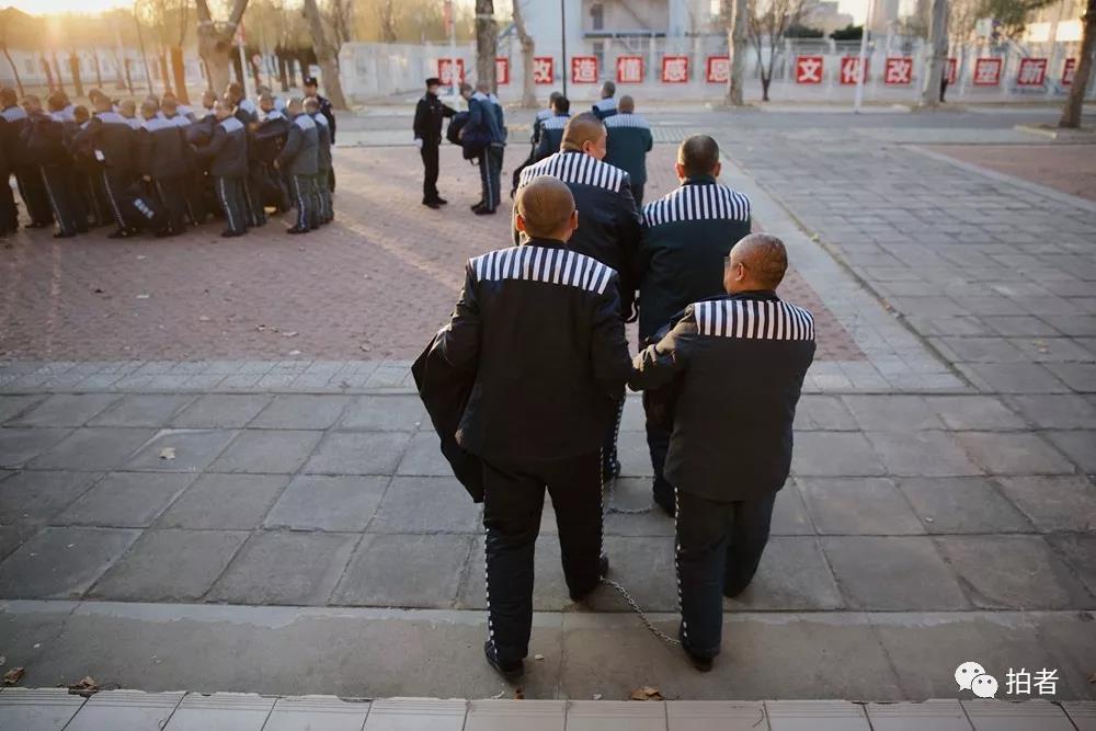 △12月4日,天河监狱,准备就绪后,服刑人员排队走出大厅集合。