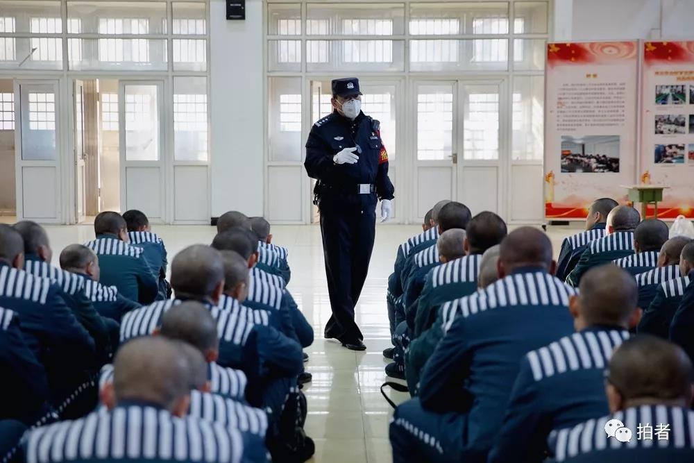 △12月4日,天河监狱,负责遣送的民警在宣读遣送纪律。