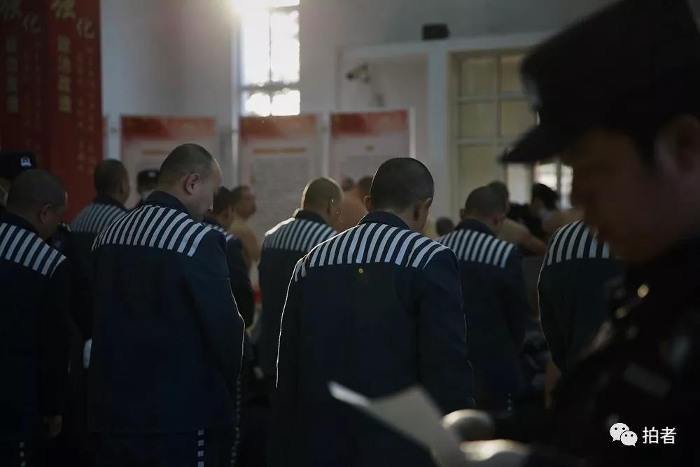 △12月4日,天河监狱,负责遣送的民警在核对服刑人员名单。