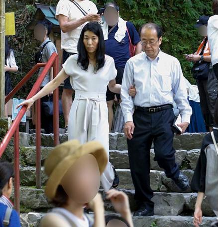 参拜结束后,二人手挽手散步 图源:《周刊文春》