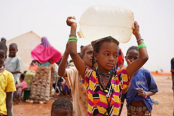 萨赫勒地区布基纳法索境内飘泊失所者营地内的儿童。来源:团结国人道主义事务协和厅