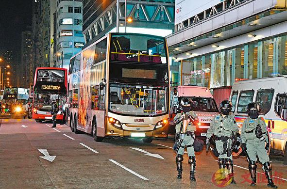 巴士遭暴徒破坏,防暴警抵达现场戒备(来源:文汇报)