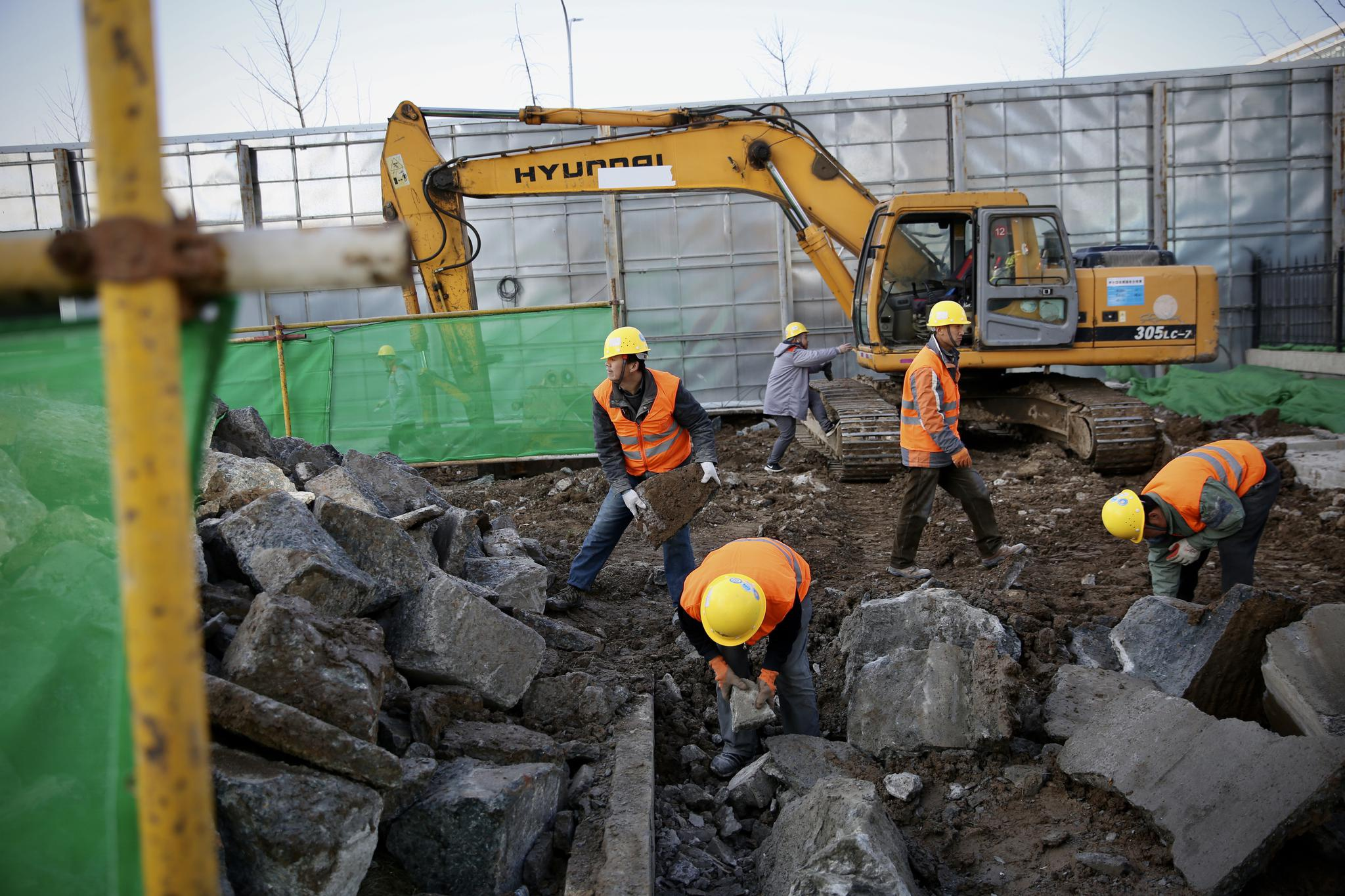 工人在施工现场对建筑垃圾进行就地分类归堆。摄影/新京报记者 郑新洽