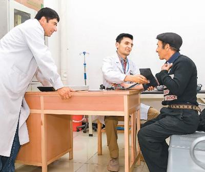 7月6日,新疆塔什库尔干塔吉克自治县达布达尔乡卫生院医生尼马提拉·司迪克(中)在巡诊时为村民检查身体。   新华社记者 胡虎虎摄