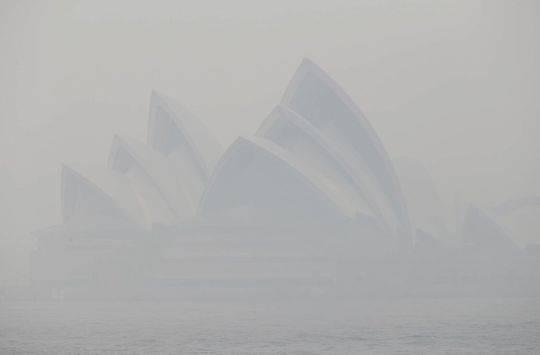 烟雾笼罩下的悉尼歌剧院
