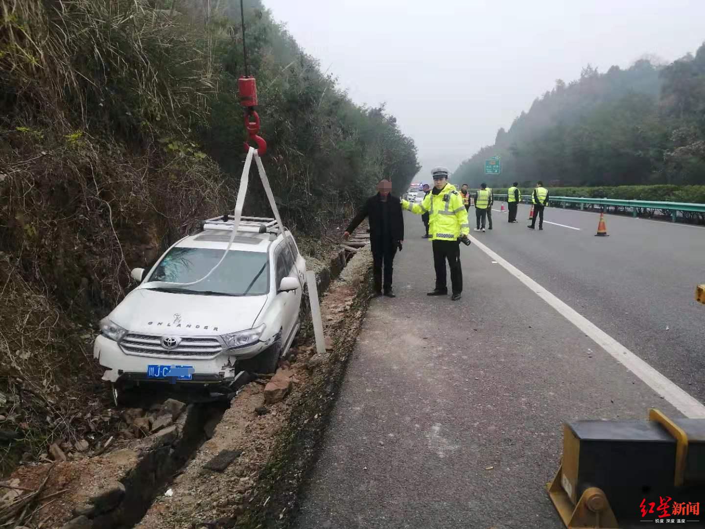 越野車衝進高速邊溝 駕照被扣司機讓受傷哥哥頂包