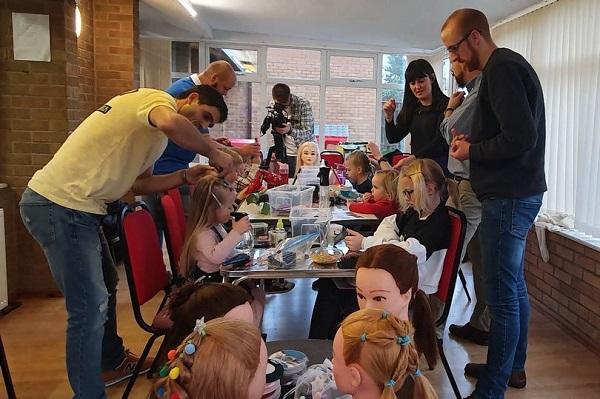 父亲们正在给女儿扎头发。(图源:《镜报》)