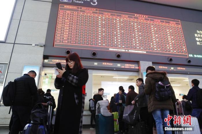 12月12日,旅客在铁路上海虹桥站排队购买车票。殷立勤 摄