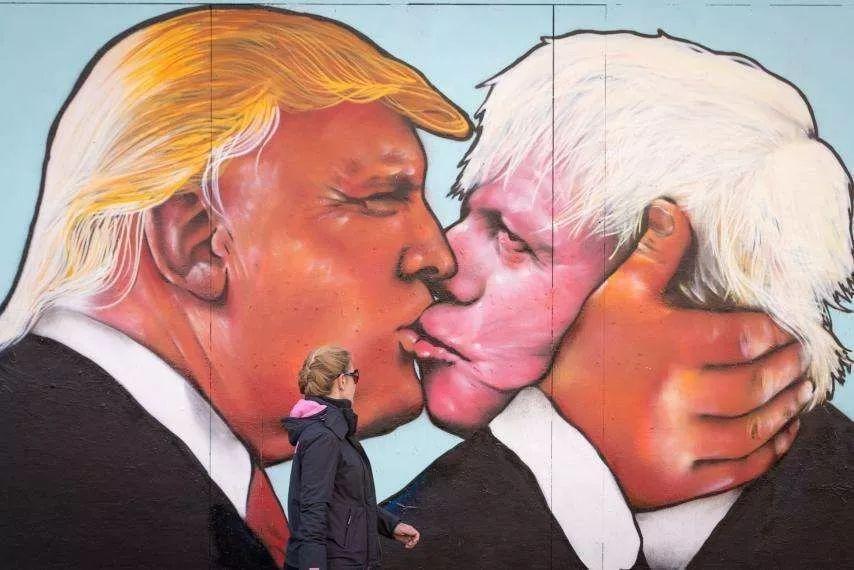 英国街头的特朗普、约翰逊凶搞漫画