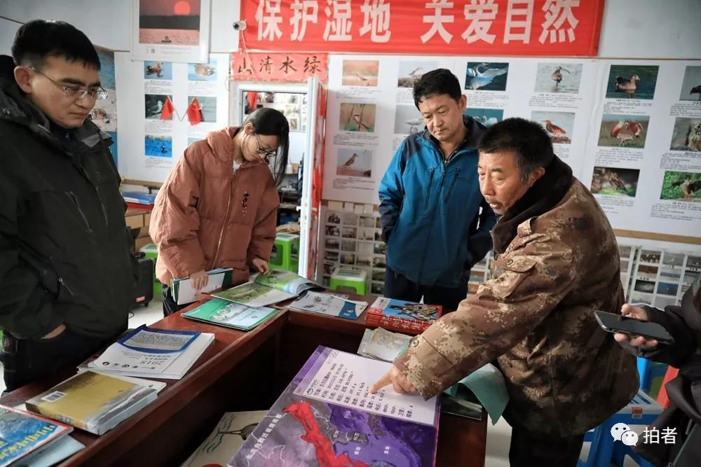△11月16日,田志伟在援助站内介绍东方白鹳的迁徙路线。
