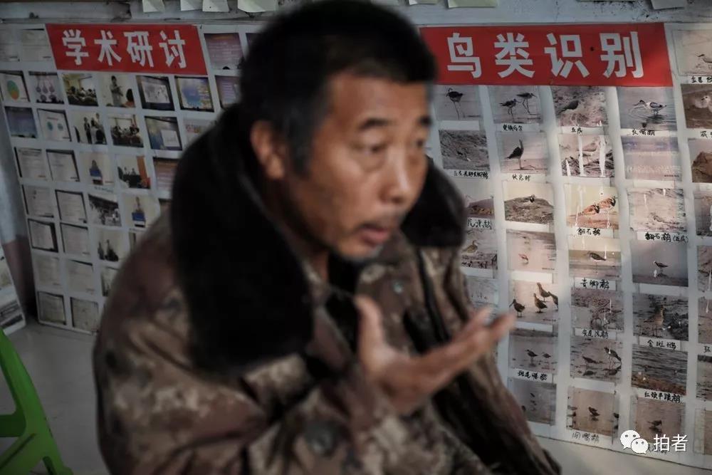 △11月16日,田志伟的援助站墙上贴着各栽鸟类知识。