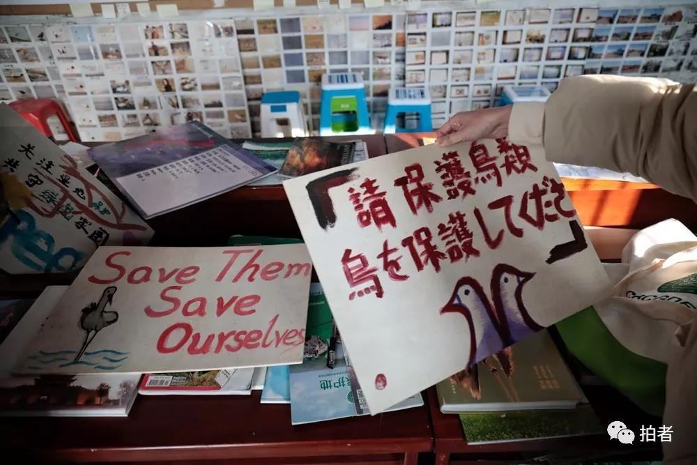 △12月7日,田志伟的基地内安放了许多表国自愿者制作的广告牌。