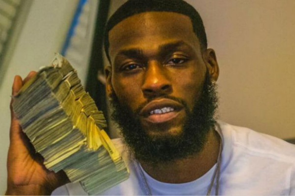 阿兰多·亨德森手持现金照片 (图源:纽约每日新闻)