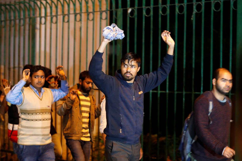 举起双手离开校园的学生 图自路透社