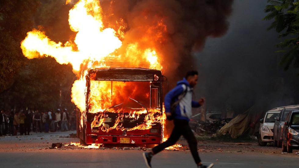 被示威者焚烧的公交车 图自路透社