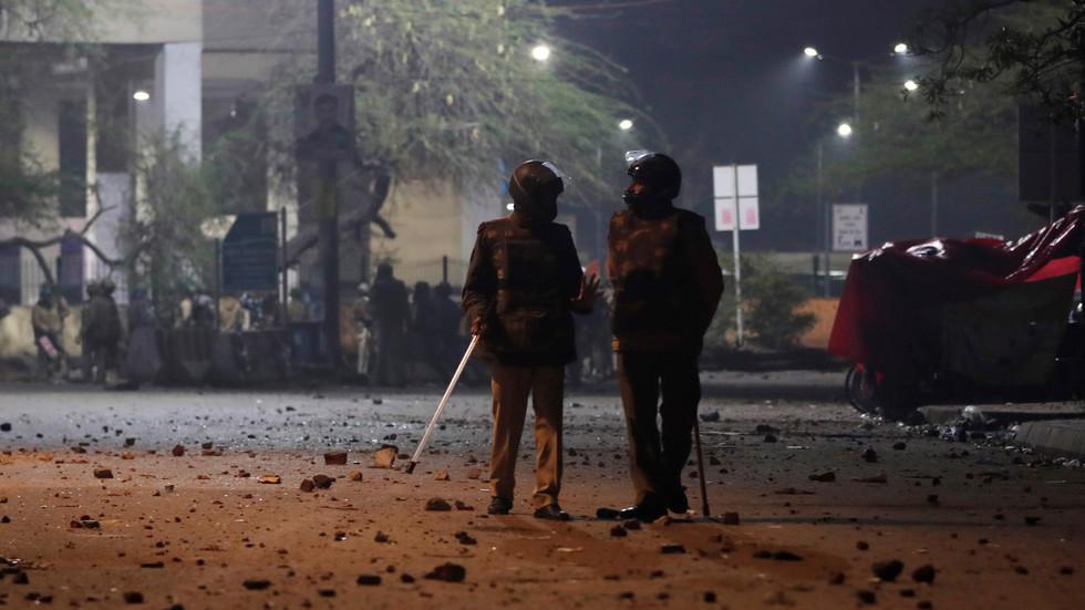 15日,印度警方在国立伊斯兰大学内 图自路透社