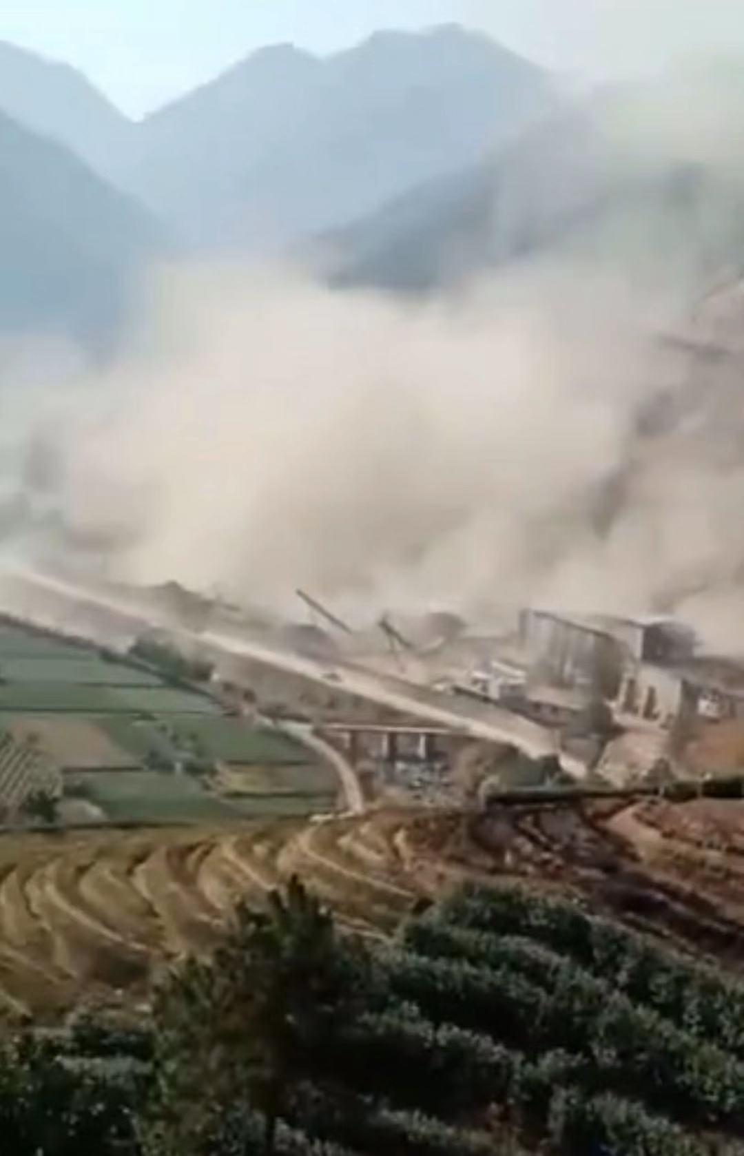 山体塌方瞬间产生大量灰尘。视频截图