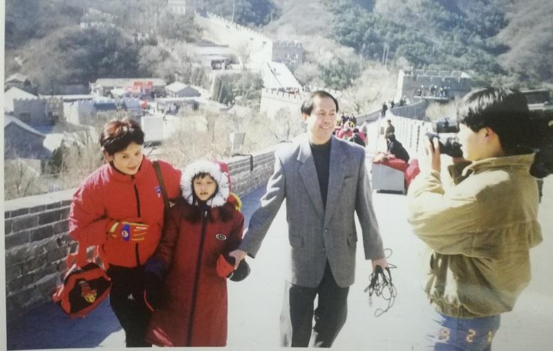 △韵琳母女去了长城与记者高伟强、摄像赵迎晨合影