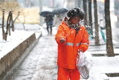 正月十五,北京市民间隔一米排队买元宵