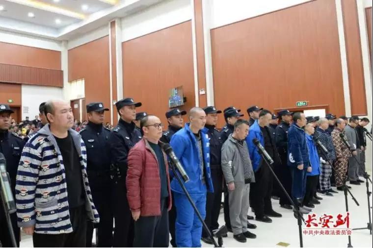 12月17日至18日,湖南省怀化中院一审对被告人杜少平等人故意杀人案及其恶势力犯罪集团案件进行公开审理并当庭宣判。图为杜少平等被告人出庭受审。