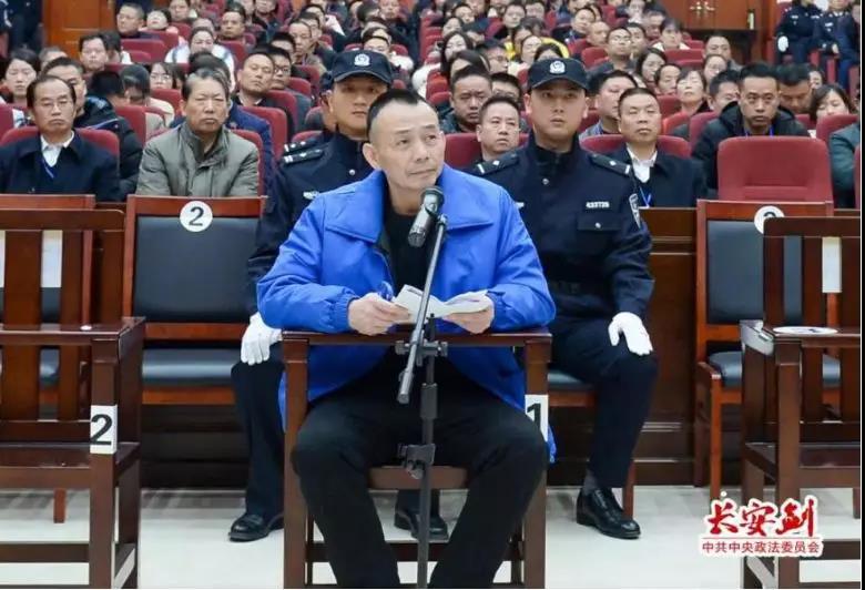 12月17日至18日,湖南省怀化中院一审对被告人杜少平等人故意杀人案及其恶势力犯罪集团案件进行公开审理并当庭宣判。图为被告人杜少平。