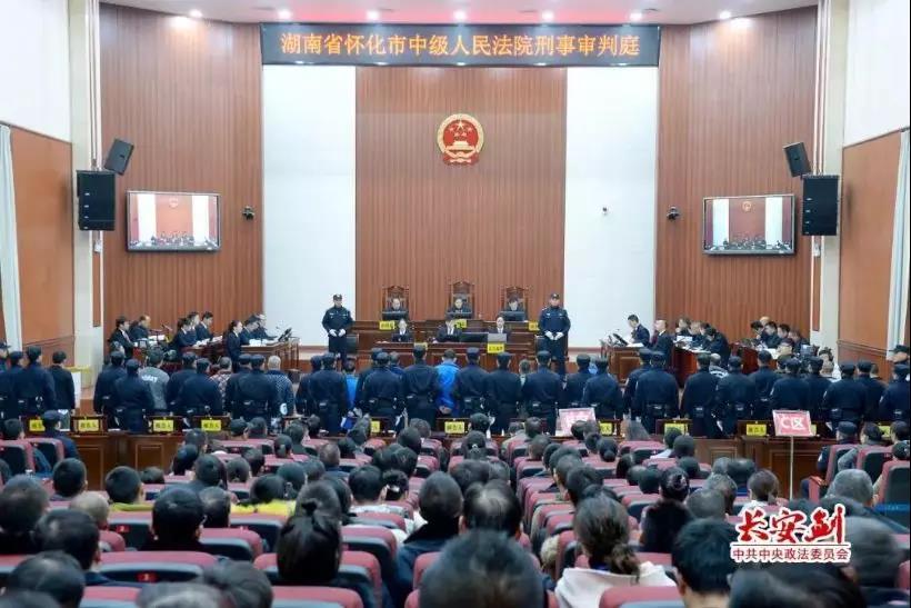 12月17日至18日,湖南省怀化中院一审对被告人杜少平等人故意杀人案及其恶势力犯罪集团案件进行公开审理并当庭宣判,图为庭审现场。