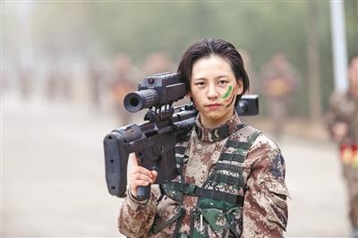 上图:女兵沈梦可在比武考核后拍照留念。焦明锦摄