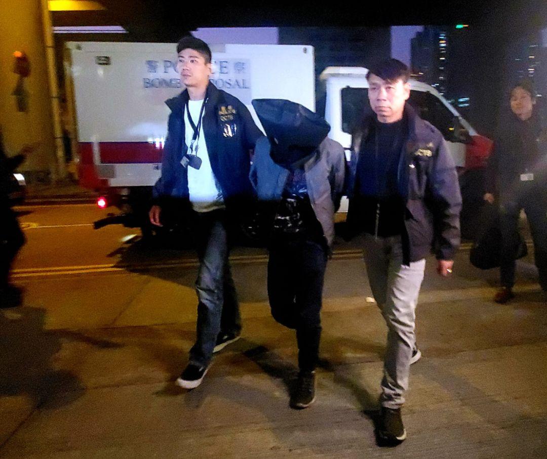 密谋制造炸弹的中学实验室助理(中)被押回学校搜证