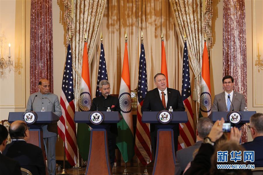 """12月18日,在美国华盛顿,美国国务卿蓬佩奥(右二)、美国国防部长埃斯珀(右一)、印度外长苏杰生(左二)和印度防长辛格(左一)出席联合记者会。 美国、印度两国外长和防长18日在华盛顿举行""""2+2""""对话会,双方达成了一系列协定并重申加强战略伙伴关系。 新华社记者 檀易晓 摄"""
