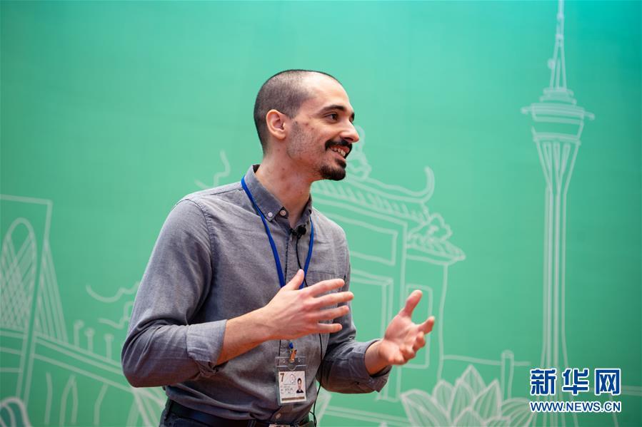 12月19日,葡萄牙留学生石光在中国与葡语国家商贸合作服务平台综合体接受采访。新华社记者 张金加 摄
