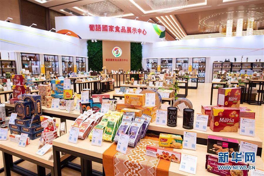 这是中国与葡语国家商贸合作服务平台综合体内的葡语国家食品展示中心(12月19日摄)。新华社记者 张金加 摄