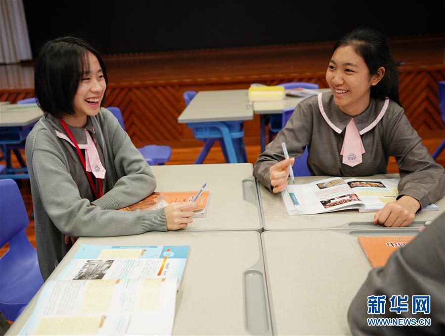 12月19日,澳门濠江中学附属英才学校学生向记者分享感受。新华社记者 王申 摄