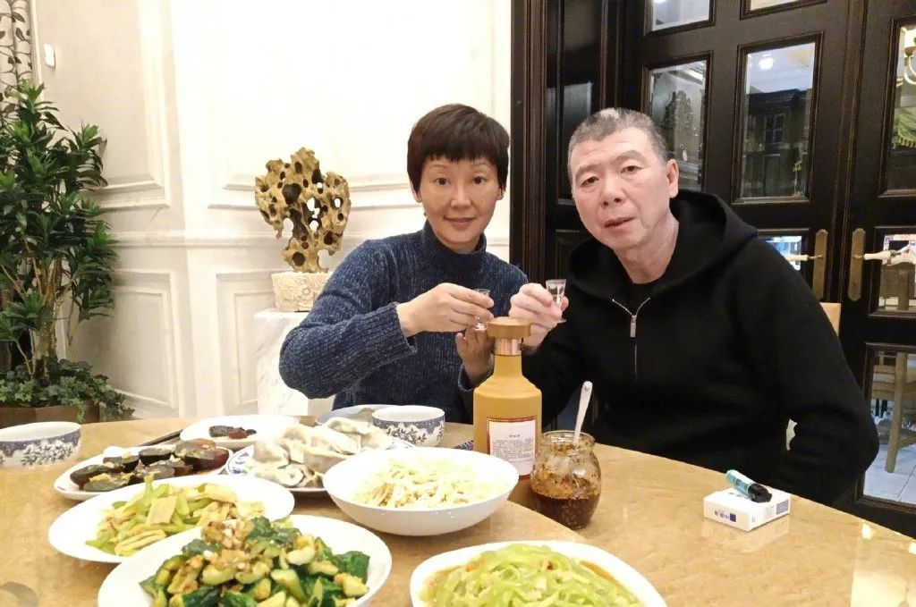 2018年12月22日,冬至,冯小刚和妻子徐帆饮酒、吃饺子(图源微博@冯小刚)