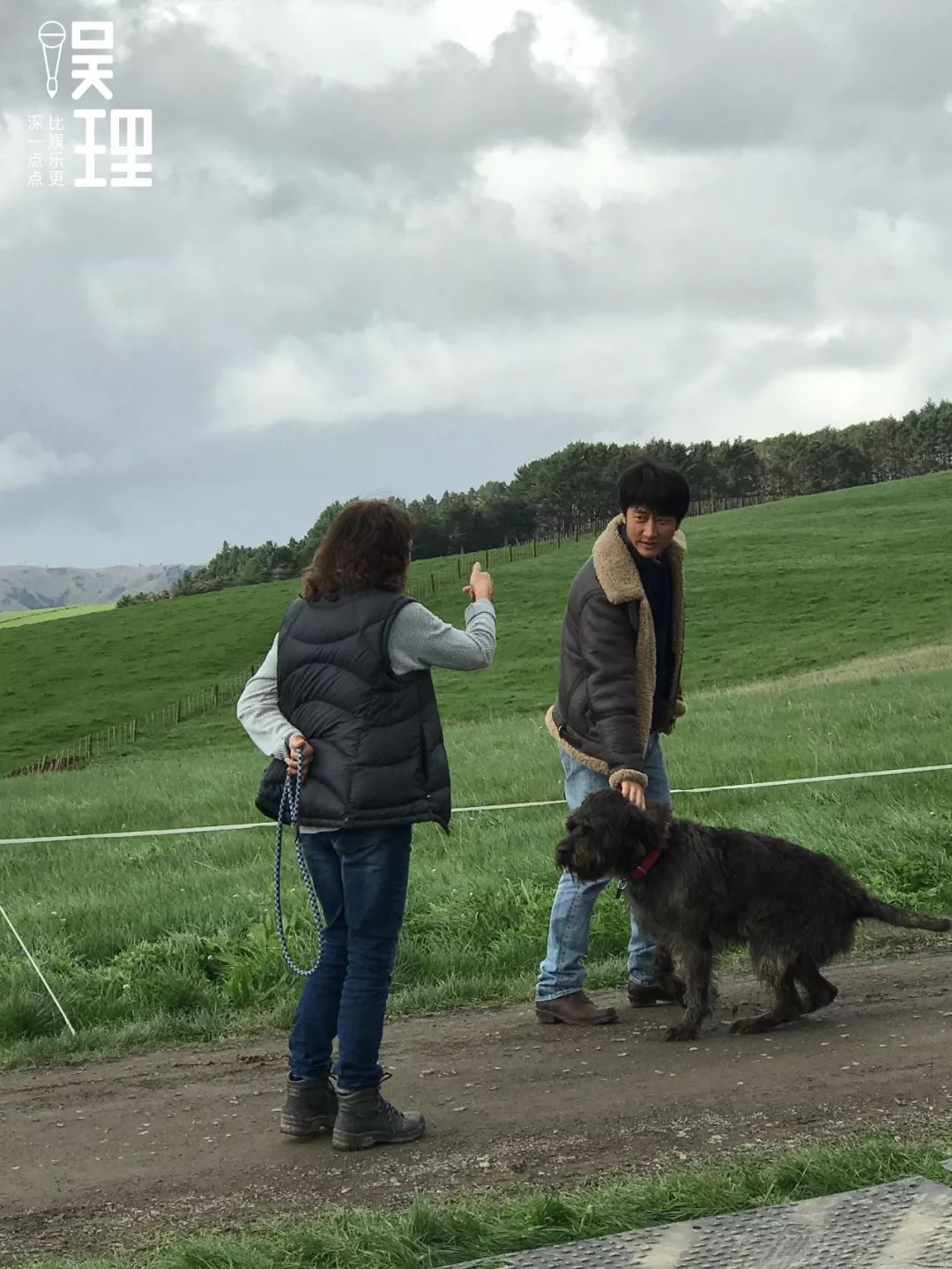 《只要芸知道》新西兰片场,宠物狗训练师、黄轩和片中的狗狗Blue(拍照:杨晋亚)