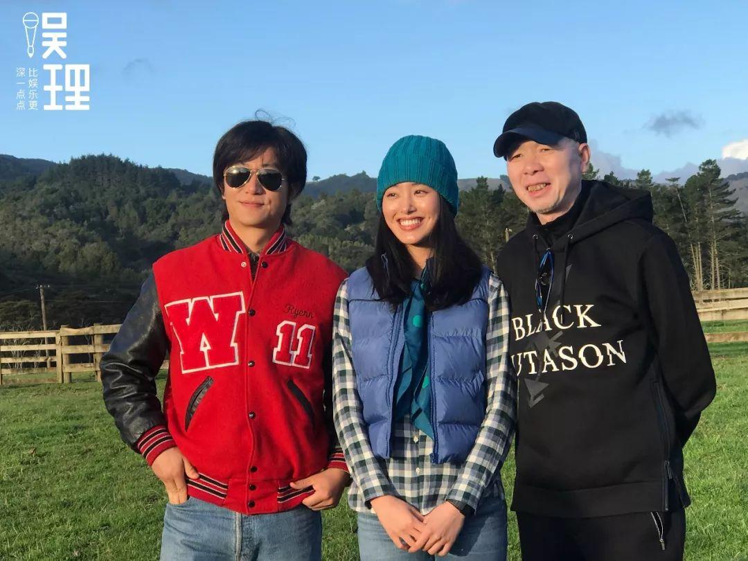 《只要芸知道》新西兰片场,黄轩、杨采钰、冯小刚(拍照:杨晋亚)