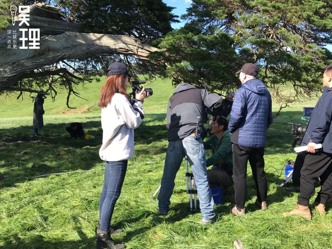 《只要芸知道》新西兰片场,冯思羽正在拍摄冯小刚(拍照:杨晋亚)