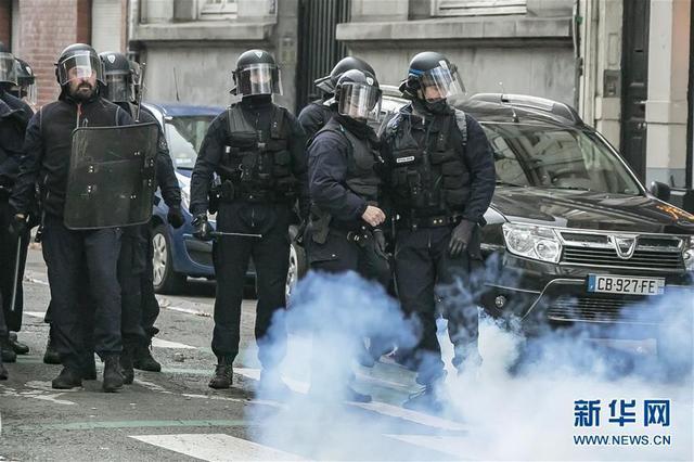 12月17日,在法国北部城市里尔,警察在示威游走现场警戒。新华社图