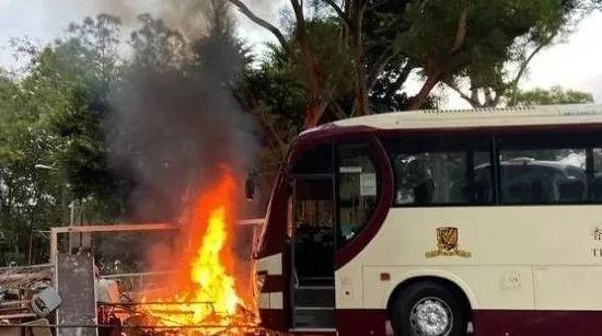 暴徒企图将校车引燃。