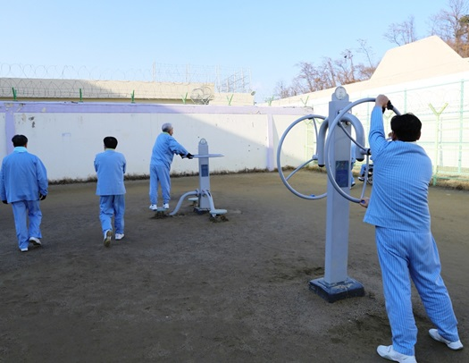 资料图:首尔拘留所内,在押人员在活动(《国民日报》)