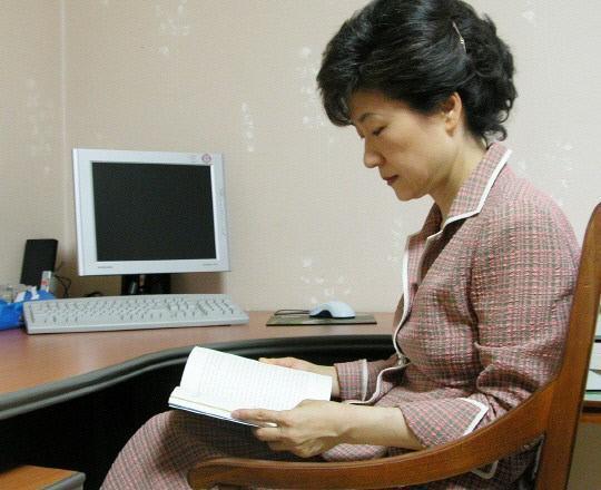 资料图:朴槿惠安心读书