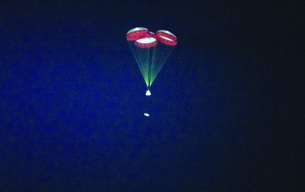 """""""星际客机""""于22日掀开下落伞返回地面的情形"""