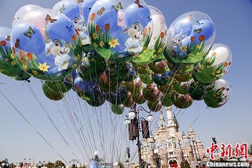 资料图:迪士尼乐园的气球。中新社记者 汤彦俊 摄