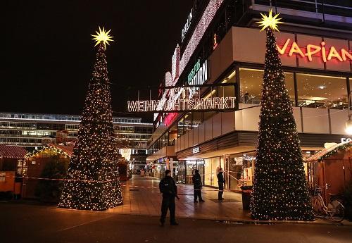 2016年12月19日,在德国首都柏林,警察在事发圣诞市场的一个入口处警戒。 新华社发