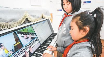 近日,河北省武强县一家艺术学校的学生在体验智能电钢琴音乐教学(新华社记者 李晓果摄)