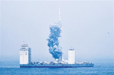 图③ 6月5日12时6分,我国在黄海海域用长征十一号海射运载火箭,将技术试验卫星捕风一号 A、 B星及五颗商业卫星顺利送入预定轨道,试验取得成功。这是我国首次在海上实施运载火箭发射技术试验。