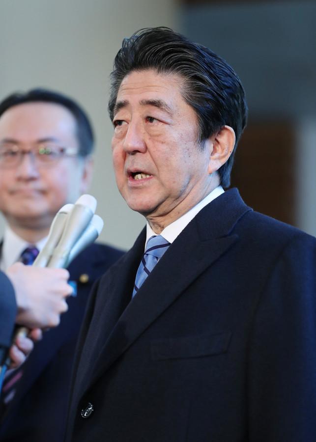 安倍在首相官邸接受记者团采访(日本时事通信社)
